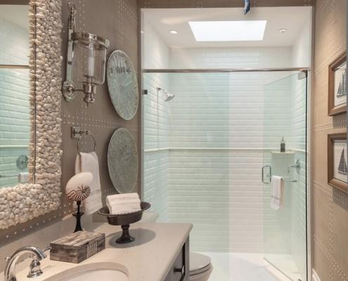 Отличным украшением ванной комнаты станет душевая кабина-контраст света