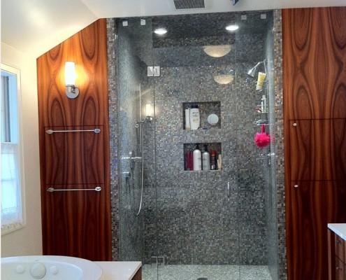 Отличным украшением ванной комнаты станет душевая кабина-контраст цвета