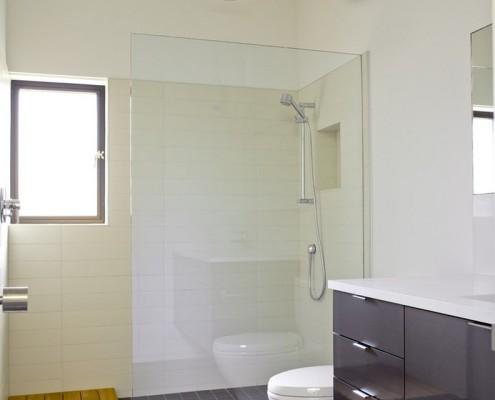 Душевая кабина с перегородкой не требует особых решений по ее включению в общий цветовой фон ванной комнаты