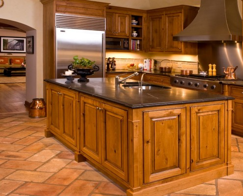 Пол комнаты в стиле прованс в классическом виде уложен плитами из натурального камня