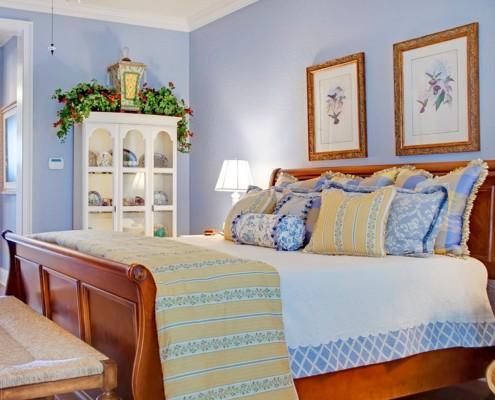 Текстиль должен находиться в той же концепции цвета и материала, что и весь интерьер комнаты - никаких ярких красок и искусственных материалов, только лен и хлопок