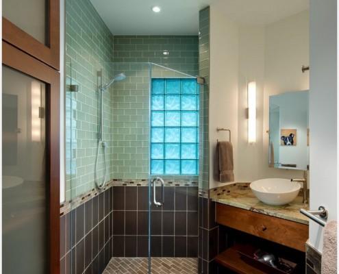 Для достаточно большой комнаты уже приемлемо использование нескольких, но сочетаемых, цветов