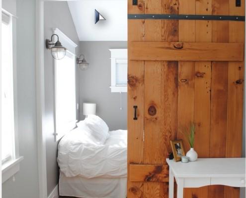 Навесная дверь в спальне