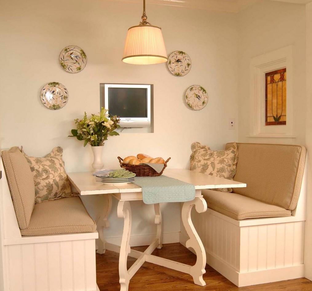 Неудобства кухонного уголка - затруднен выход человека, сидящего посередине дивана