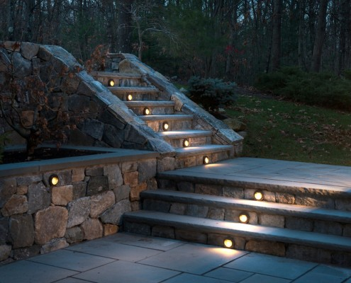 Освещение дорожек встроенными светильниками