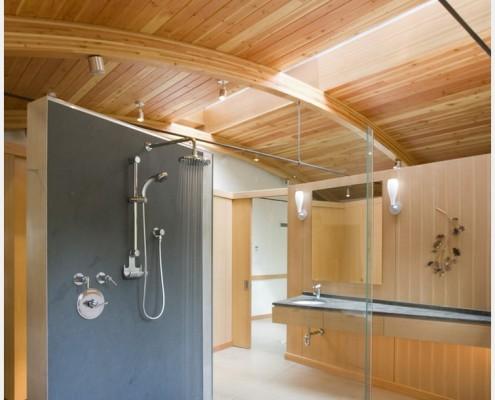Ванная комната, облицованная пластиковой панелью под дерево