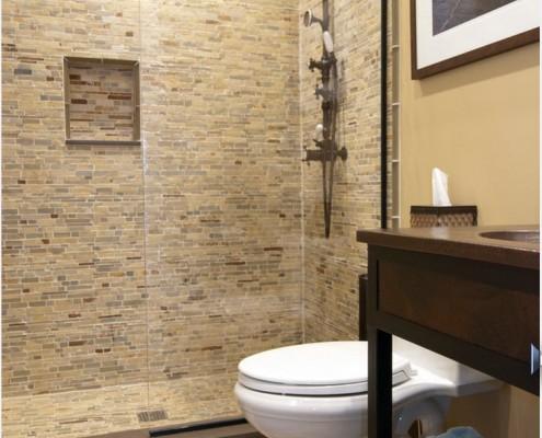 Ванная комната, облицованная пластиковой панелью под мозаику