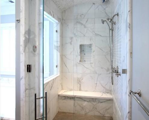 Ванная комната, облицованная пластиковой панелью под мрамор
