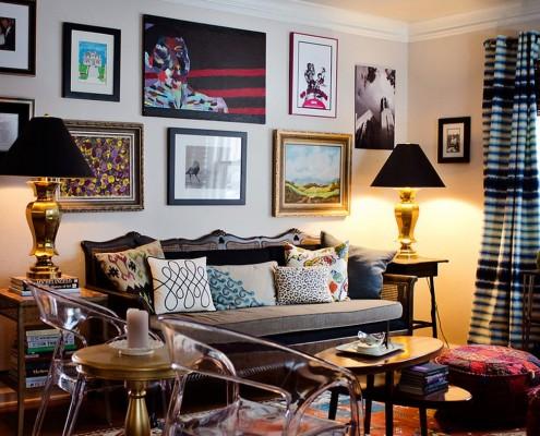 Монохромную стену можно украсить картинами с пейзажем, черно-белыми фотографиями или чем-нибудь из современного изобразительного искусства
