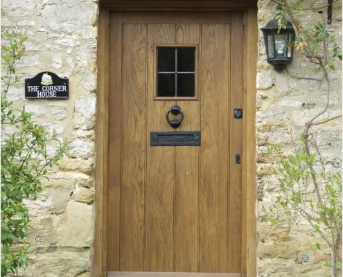 Двери обязательно должны быть массивными и иметь небольшое смотровое окошко