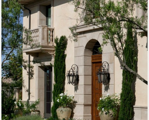 Трудно себе представить дом в стиле прованс, не имеющий у входа фонарь
