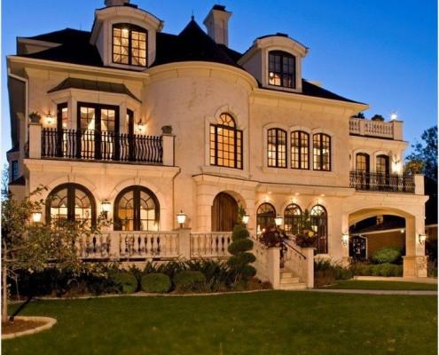 Возможно контрастное выделение отдельных частей фасада (окна, двери, определенные части стен фасада, карнизы и т.п.)