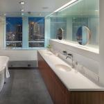 Яркая ванная комната для активных и энергичных людей