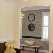 Кремовый оттенок стен гармонично сочетается с изящным орнаментом на обоях