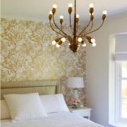 Золотистые нотки в оформлении стен