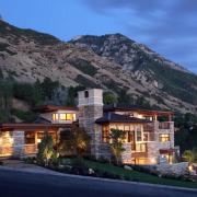 Дом на фоне горного массива