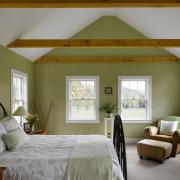 Зеленый в оформлении стен спальной комнаты