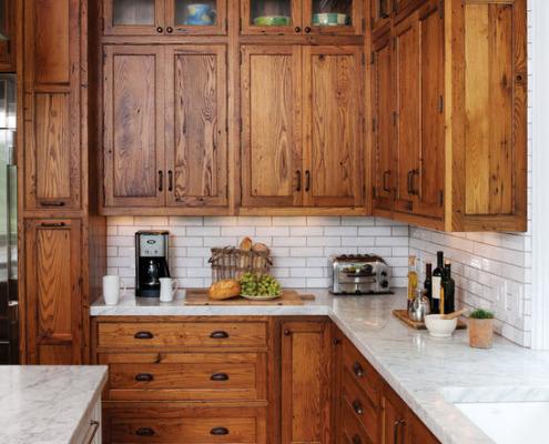 Плитка с имитацией кирпича в сочетании деревянной мебелью