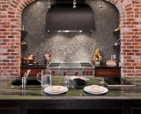 Сочетание мозаики и декоративной плитки под кирпич