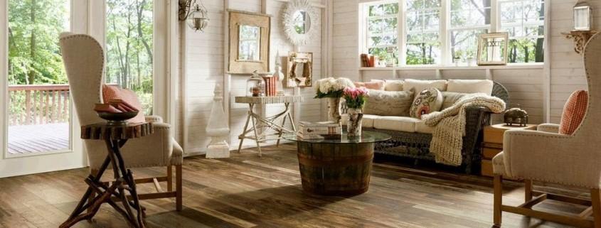 Просторная гостиная с деревянной отделкой