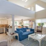 Современная гостиная в загородном доме – творческие идеи обустройства общей комнаты