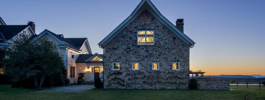 Каменный дом в сумерках