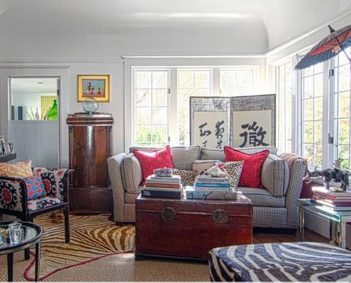Мебель относительно двери следует располагать с учетом ее размеров: массивную мебель – на задний план, мебель меньших размеров – на передний план