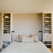 Стеллаж в спальной: удобство, практичность, функциональность