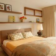 Аккуратные полочки в спальной