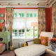 Красочный орнамент на шторах