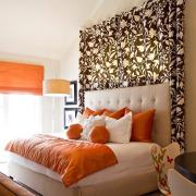 Оранжевые акценты в спальне