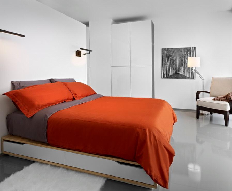 Красное покрывало на кровати