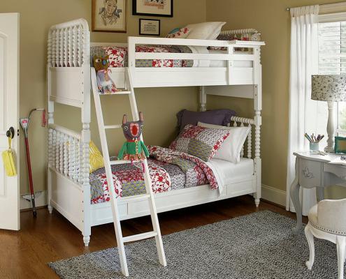 Двухъярусная кровать с фигурными балясинами