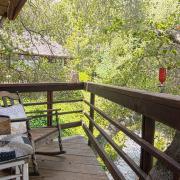 Кресла качалки на балконе