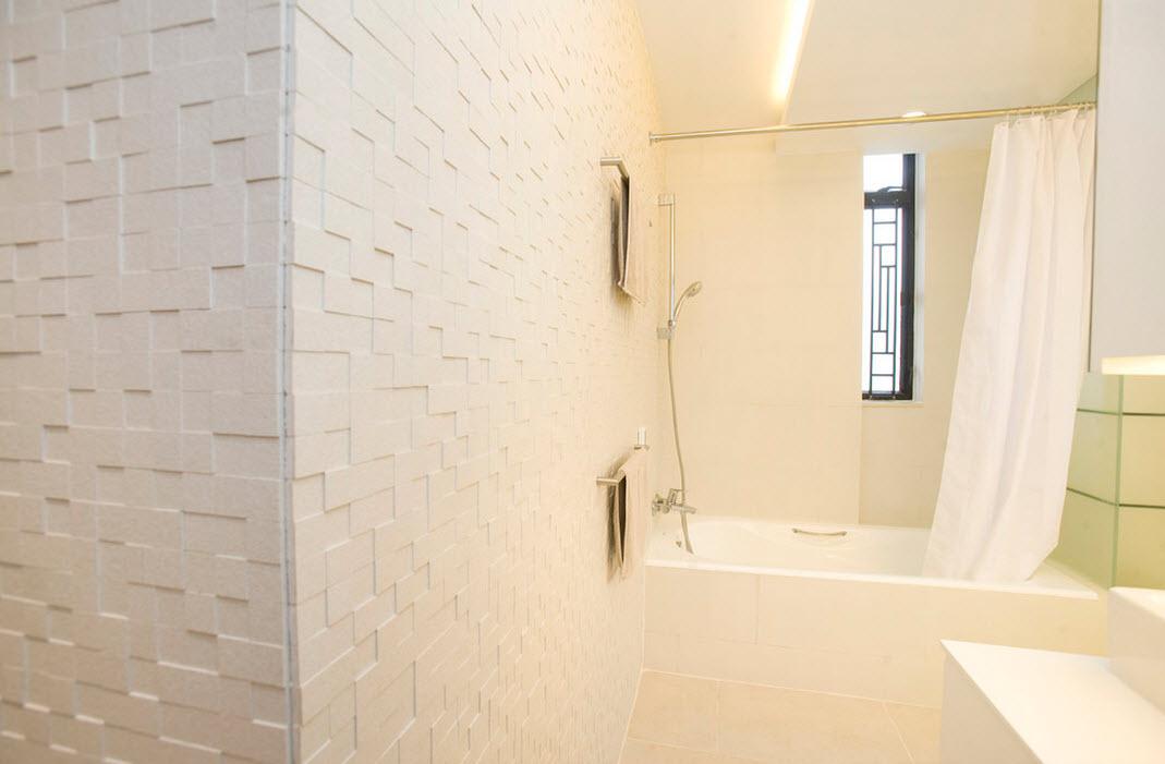 Белая матовая плитка на стене в ванной