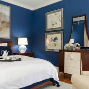 Насыщенные синие стены в спальне