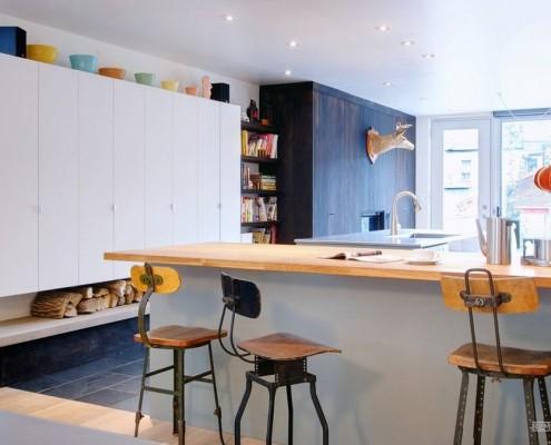Голова оленя на стене в кухне