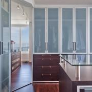 Стеклянные двери на кухне