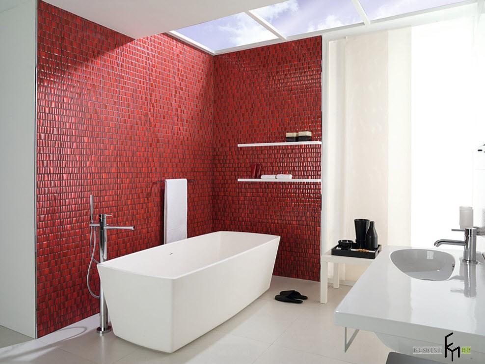 Красная стена в ванной