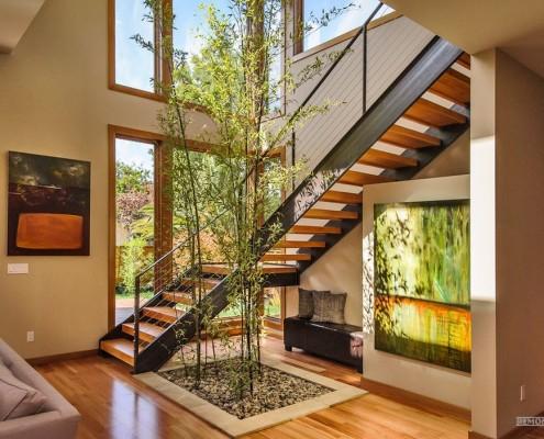 Лестница с декоративным растением