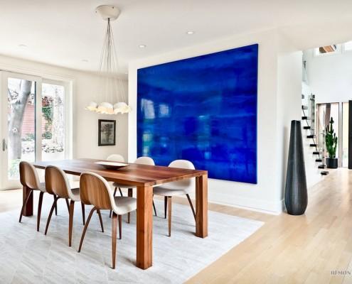 Синяя стена рядом с обеденным столом