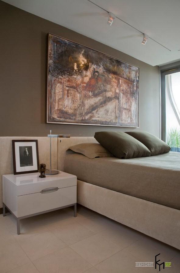 Белая тумбочка в спальне