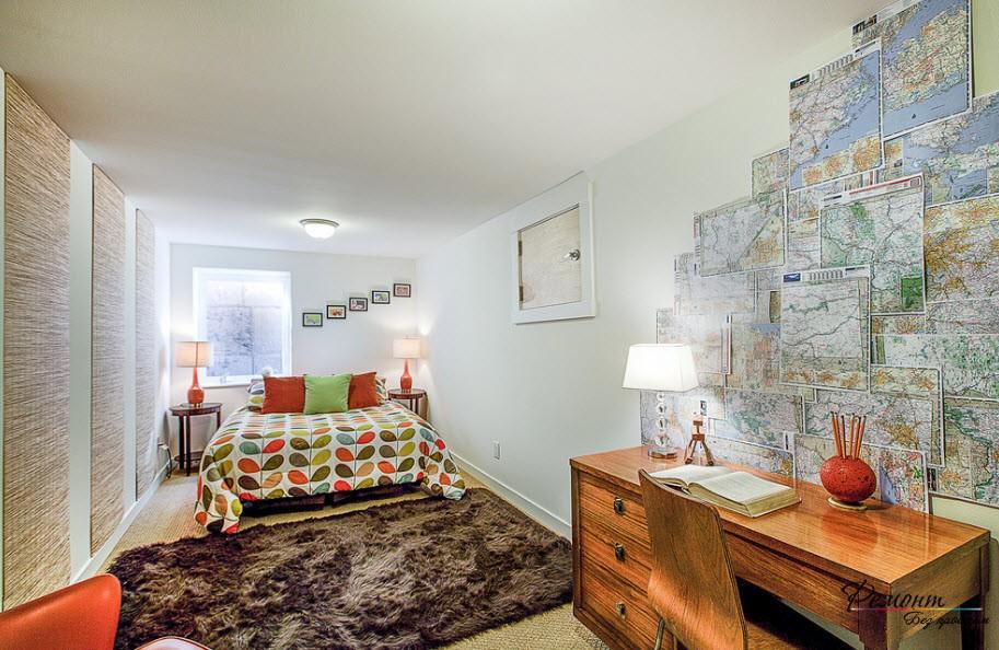 Панно из географических карт над письменным столом