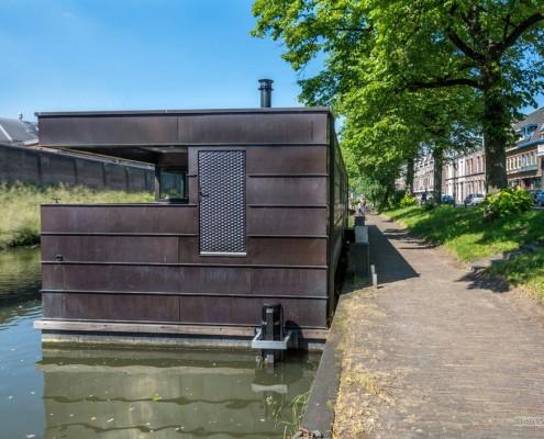 Дом на реке-вид сбоку