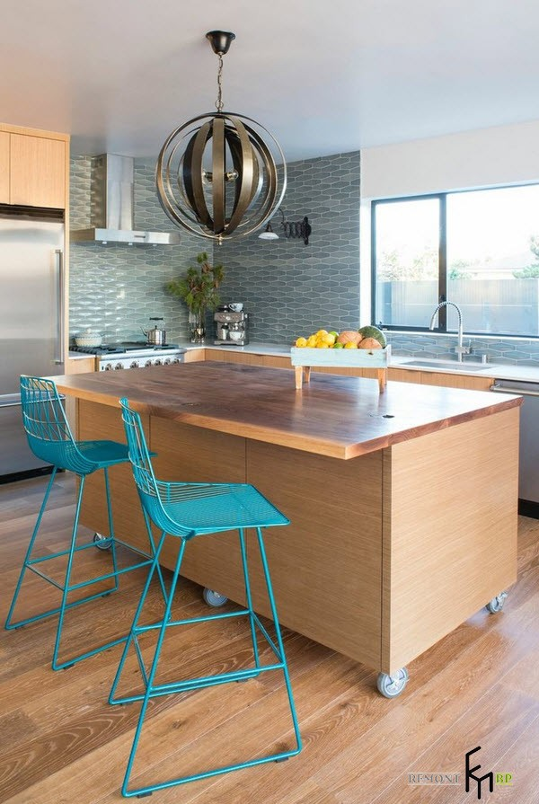 Два бирюзовых стула на кухне модерн