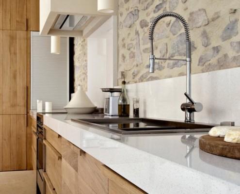 Белая глянцевая столешница в кухне