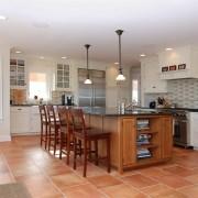 Коричневый кафель на полу кухни
