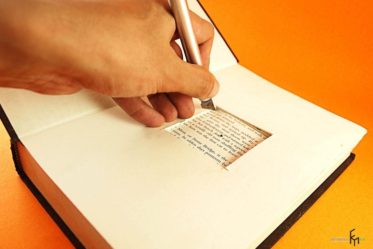 Вырезают прямоугольник в книге
