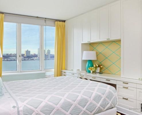 Жёлтые шторы в светлой спальне