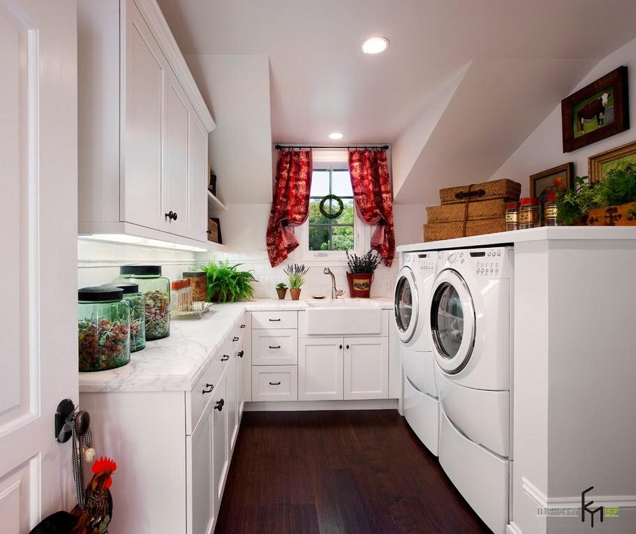 Короткие красные шторки в кухне